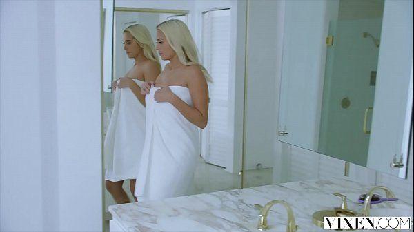Buceta molhada loira fodendo no banheiro com seu marido