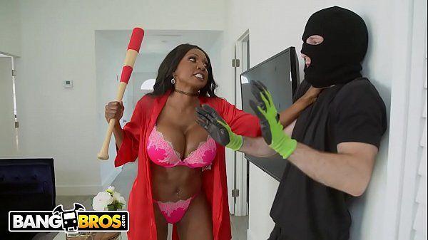 Negra rabuda gostosa fodendo com seu parceiro roludo