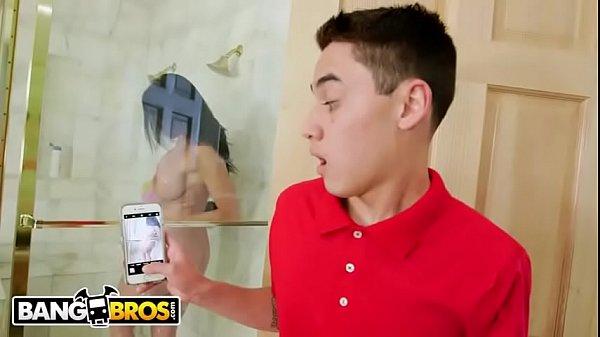 primeiro boquete safada peituda amadora fodendo no banheiro com seu primo