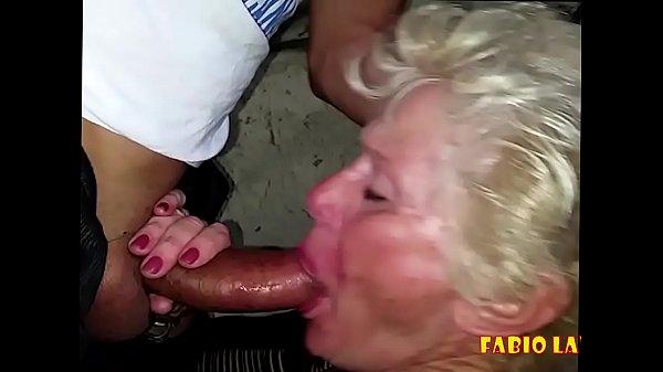 Velha noia fazendo boquete em baixo do viaduto